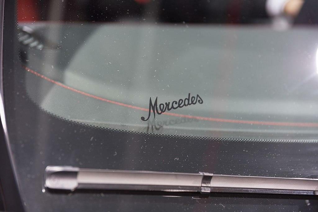 kodėl automobilių stiklus supa juodas taškelių rėmas?