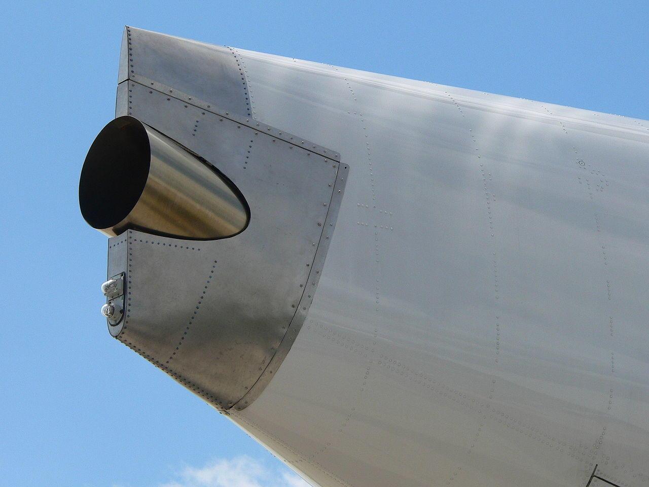 kad Boeing 737 turi tris reaktyvinius variklius?