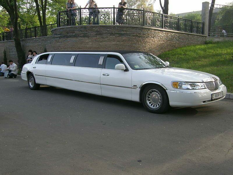 kodėl dauguma ilgųjų limuzinų pagaminti Lincoln TownCar pagrindu?